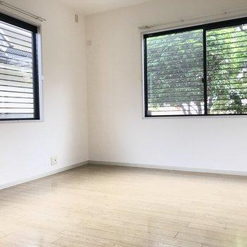 洋室はもう1部屋あります。こちらも緑がのぞめますよ。