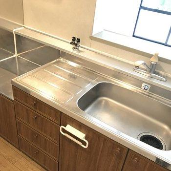 家具のような設いのキッチン。ガスコンロは2口まで置けます!