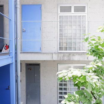 横の窓からは共用部が。