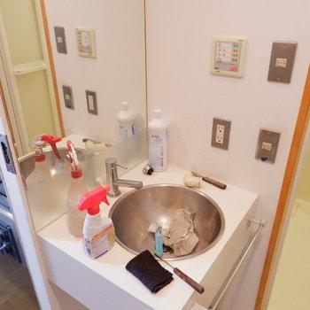 洗面台可愛い。※クリーニング前の写真です。