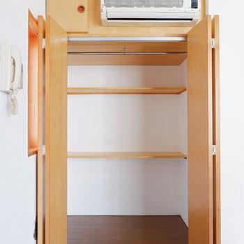 クローゼット内棚で仕切られています◎※クリーニング前の写真です。