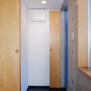 玄関スペース十分シューズボックスもあります。※クリーニング前の写真です。