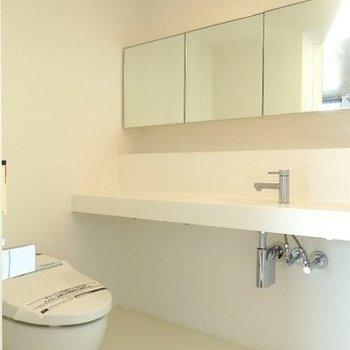 大きな鏡の洗面台 ※写真は同間取り 4階の別部屋です。