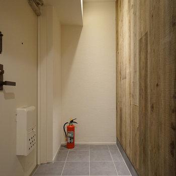玄関の床と木材の感じがマッチしてるなぁ。