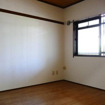 長押は残して。元は和室から洋室へ変わった雰囲気あります。