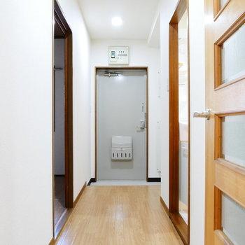 ダイニングから廊下です。奥の左手にもうひとつお部屋、右手に水回り。