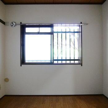 次は、玄関側6帖の洋室です。
