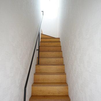 玄関入って階段です。