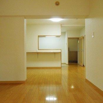 カウンターつきの対面キッチンです ※こちらの写真は同階同間取り別部屋のものです。