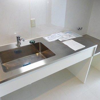 キッチンはステンレスなデザインタイプ、コンロは持ち込みです※写真は別部屋です
