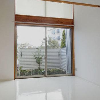天井が高く天窓からも光が差し込みます※写真は別部屋です