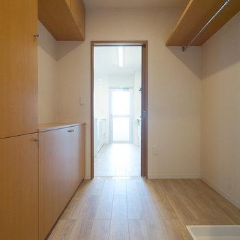 横にはパントリーとしても使える空間が。※写真は同タイプ13階のお部屋です
