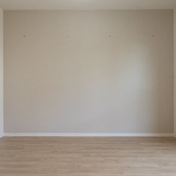 壁には落書きをしてもすぐ落ちるクロスを!※写真は同タイプ13階のお部屋です