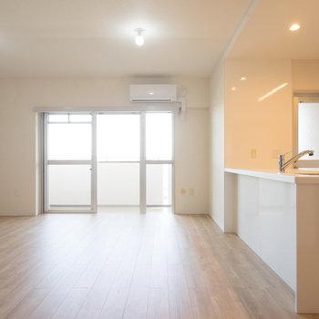 キッチン空間と合わせて13.7帖の空間です!※写真は同タイプ13階のお部屋です