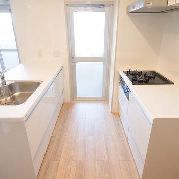 キッチン、ゆったりしてます。※写真は同タイプ13階のお部屋です