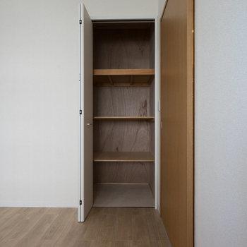 収納は奥行きがあります。※写真は同タイプ13階のお部屋です