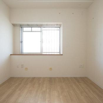 5.6帖の寝室です。※写真は同タイプ13階のお部屋です