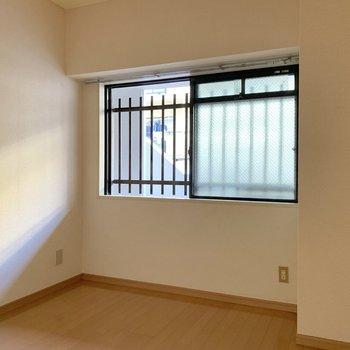 【洋室2】窓は共用部方向に付いています。柵付きで安心です◯