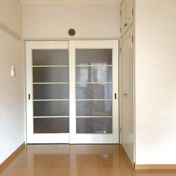 【洋室1】ガラス戸とサイドに収納があります。