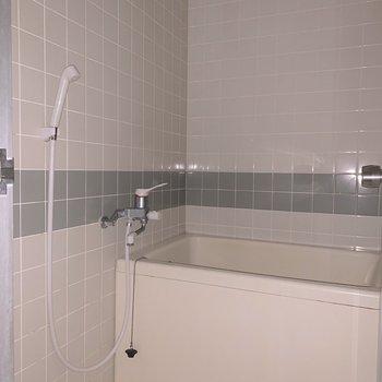 浴室はタイル張り。こまめなお掃除を心がけましょう。※フラッシュを使用しています