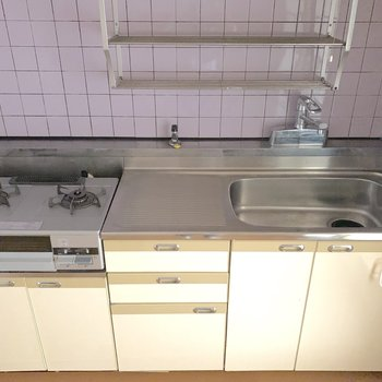 【LDK】真ん中に調理スペースがある2口コンロのキッチンです。