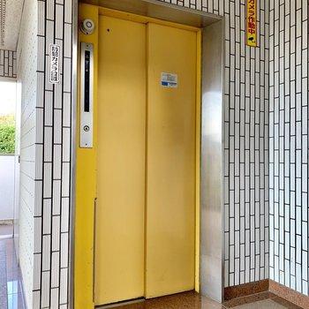 エレベーターが黄色でした。
