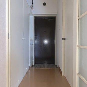 玄関周りを確認します。まずは左手の洋室から。※フラッシュを使用しています