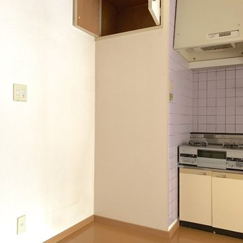 【LDK】サイドに冷蔵庫を、上の物入には保存食品とか入れられそう。