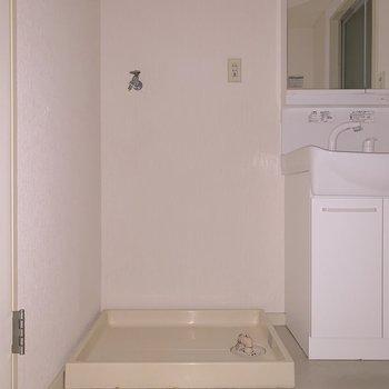 正面に洗濯機を置きましょう。※フラッシュを使用しています