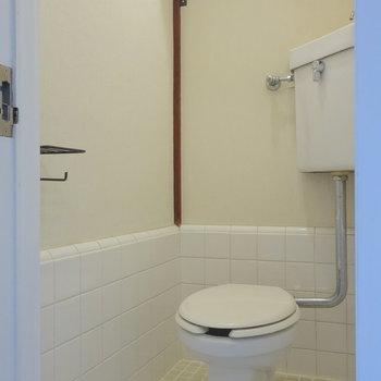 トイレ、レトロだけど清潔感あります。かわいい照明を取り付けたいな。