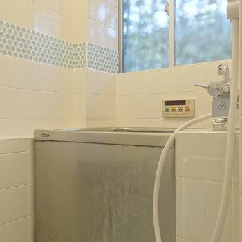 お風呂は窓があって換気もできますね。