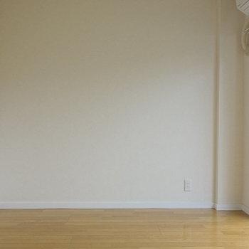 ここが6帖洋室。ベッドはこちら側におきましょうか。