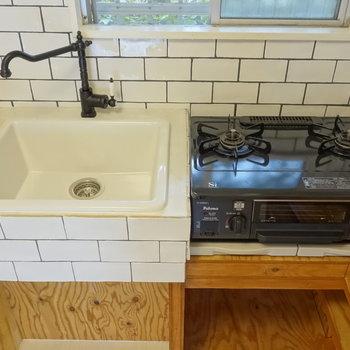 可愛い白タイルのキッチンに、ガスコンロもついてますね。