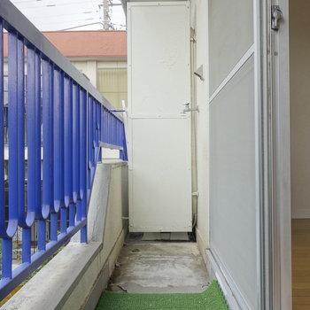 洗濯機置場はバルコニーにあります。
