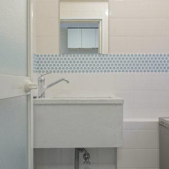 浴室に洗面台。この水色と白の風合いがよいですね。