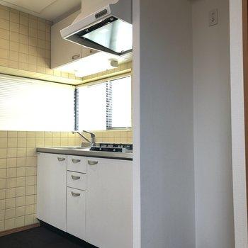 キッチン。横に冷蔵庫スペース。