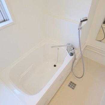 お風呂は窓付き、そして広々!!ホテルのような余裕を感じます。