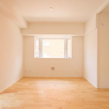 カバサクラの優しい無垢床に、出窓の組み合わせ◎