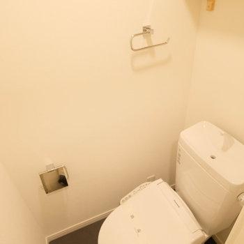 トイレはウォシュレット付き◎木製棚も嬉しい〜
