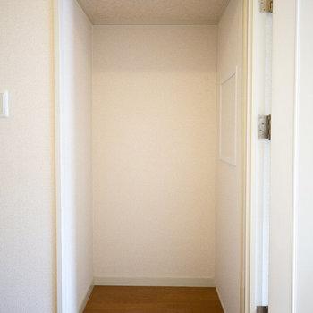 本当は部屋に続く部分。突っ張り棒でカーテンをつけて収納スペースにしても。