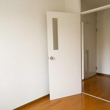 洋室は約4畳で収納はありません。ハンガーラックおこう。