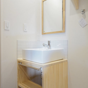 洗面台もお手製のナチュラルなデザイン◎※写真は同間取り同階、別部屋のものです。