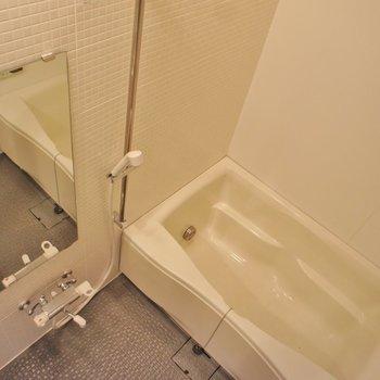浴室はこんな感じ。扉がスケルトンで開放的※写真は反転間取り2階の別部屋です。