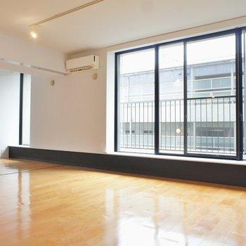 広々としたお部屋。窓の存在感。※写真は反転間取り2階の別部屋です。