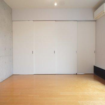 扉があるので閉めて空間をわけることも。※写真は反転間取り2階の別部屋です。
