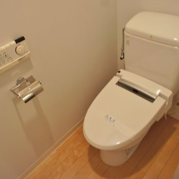 ウォシュレット付きの個室トイレ!※写真は反転間取り2階の別部屋です。