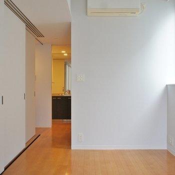 寝室窓側より。奥に水回りスペース。※写真は反転間取り2階の別部屋です。