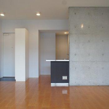 対面式キッチンです。コンクリが見える感じも素敵※写真は反転間取り2階の別部屋です。