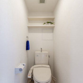 トイレです棚付き!※写真は1階別部屋反転間取りのもの