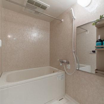 お風呂は広々、気持ちいい!※写真は1階別部屋反転間取りのもの
